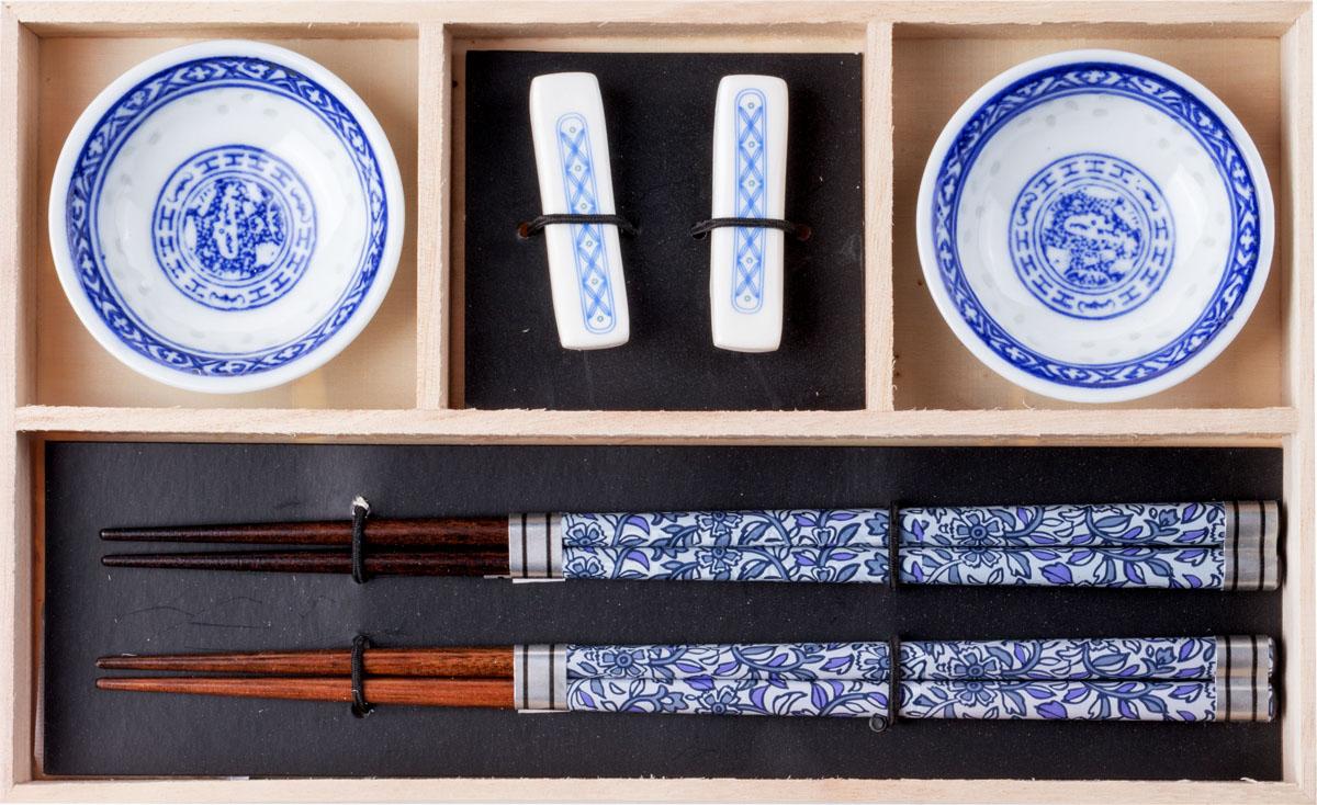 Набор для суши,  выполненный из керамики и бамбука, идеален в качестве  подарка любителям восточной кухни. В  комплекте 2 пиалы для соуса, 2 пары палочек для еды, 2 подставки для палочек.  Данный набор идеально подойдет для грамотной  и красивой сервировки стола.