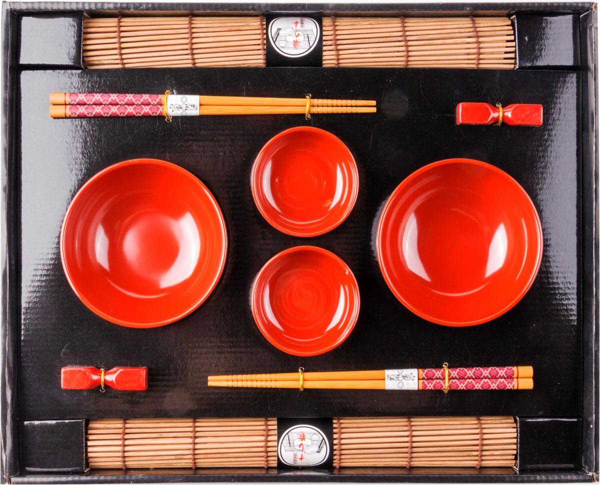 Набор для суши,  выполненный из керамики и бамбука, идеален в качестве  подарка любителям восточной кухни. В  комплекте две пиалы, два соусника, два  коврика, две подставки для палочек, два набора палочек.  Данный набор идеально подойдет для грамотной  и красивой сервировки стола.