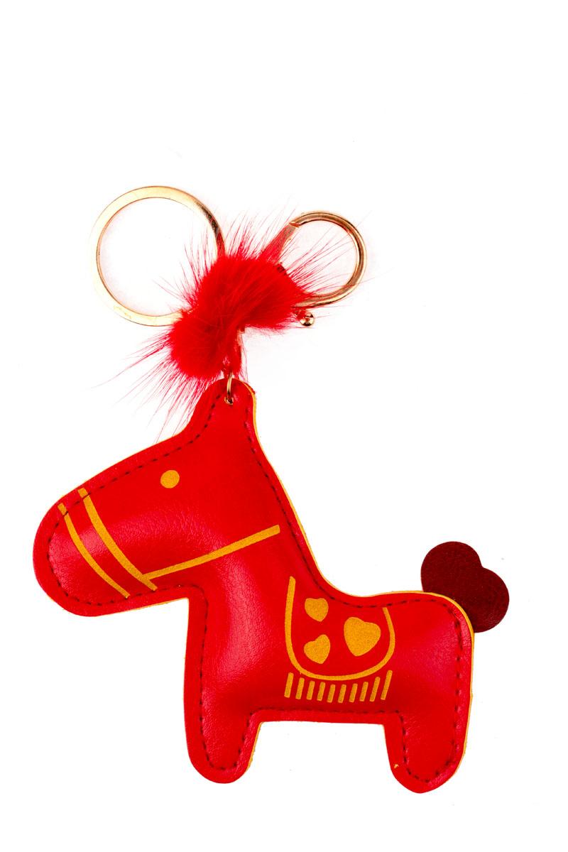 Стильный и практичный аксессуар, который можно использовать в разных целях, послужит достойным украшением вашей сумочки, одежды или  ключей. Брелок в виде лошадки выполнен из искусственной кожи.  Крепится брелок при помощи прочного кольца и карабина, гарантирующих сохранность прикрепленных к брелоку ключей и самого брелока.  Размер - 10 х 9 см.