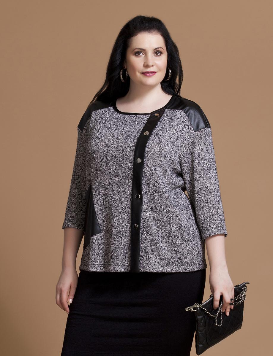 Блузка женская Averi, цвет: серый, черный. 1161. Размер 58 (62)1161Авангардная блузка Averi выполнена из фактурного буклированного трикотажа с броскими деталями из искусственной кожи. Блуза прямого кроя имеет заниженную линию плеча, рукав длиной 3/4 и круглый вырез горловины. Полочка изделия имеет смещенную относительно центра функциональную застежку на кнопки. Сбоку расположен ассиметричный накладной карман.