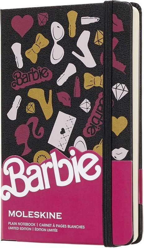 Moleskine Блокнот Barbie 96 листов без разметки цвет розовый черныйLEBRQP012На обложке и форзацах этих навевающих ностальгические воспоминания записных книжек ограниченного выпуска легендарная кукла изображена во всей красе, вам же оставлено достаточно места на страницах в линейку, где можно воплощать свои модные идеи и амбиции. Каждая записная книжка посвящена отдельному легендарному элементу из долгой и стильной истории Barbie и развивает эту идею. Выберите записную книжку, которая пробуждает воспоминания, и заполните ее страницы словами, которые вам нравятся.- Твердая обложка - Закругленные углы - Эластичная застежка - Фирменная бумага Moleskine цвета слоновой кости - Лента*закладка в тон - Бумага: 70г/м2, бескислотная, цвета слоновой кости. - Тематические наклейки- Расширяемый внутренний кармашек сзади - Надпись In case of loss на форзаце - Сторона в многоразовой тематической бумажной ленты с дополнительными печатными инструментами плоская, открывается на 180° Внутри история Moleskine