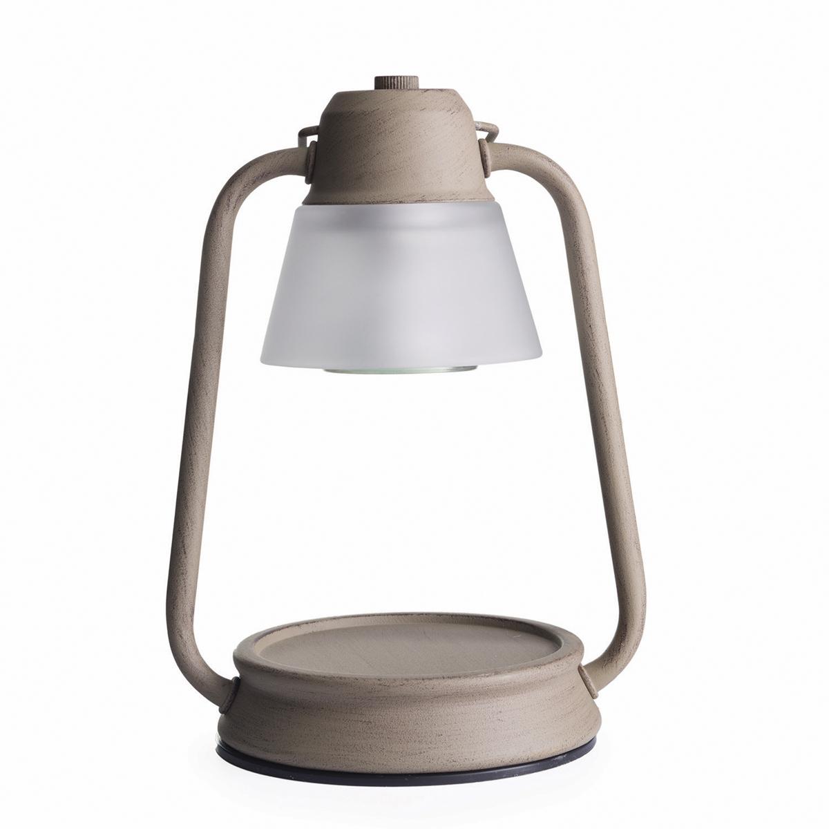 Представляем Вашему вниманию лаконичный дизайн и узнаваемый стиль ламп и фонарей от Candle Warmers в современном и классическом стиле.  Используйте их для освещения комнаты, декора, а также для ароматизации помещения. Поместите под лампу свечу нужного размера, и наслаждайтесь любимым ароматом без зажигания свечи.  Прекрасно подойдёт для безопасного использования без применения огня .Электрический маяк фонарь-винтажный серый. При ослаблении аромата , жидкий воск можно вылить, и свеча зазвучит по новому.  Подойдёт диаметр свечи 10 см, высота 8,5 см. Свеча на фото не поставляется в комплекте с лампой.