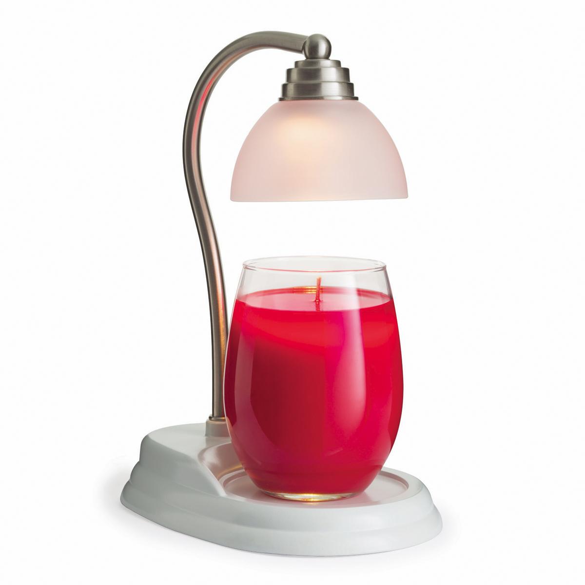 Лампы и фонари Candle Warmers используются для освещения комнаты, декора, а также для ароматизации помещения. Поместите под лампу свечу нужного размера, и в результате нагрева наслаждайтесь ароматом без зажигания свечи.    Элегантный домашний декор будет находится всегда в центре внимания каждого интерьера и прекрасно подойдёт для безопасного использования.  При ослаблении аромата , жидкий воск можно вылить, и свеча зазвучит по новому. Новинка коллекции Aurora, белое глянцевое основание и держатель из шлифованного никеля.  Подойдёт диаметр свечи 10 см, высота 14 см без крышки. Свеча на фото не поставляется в комплекте с лампой.