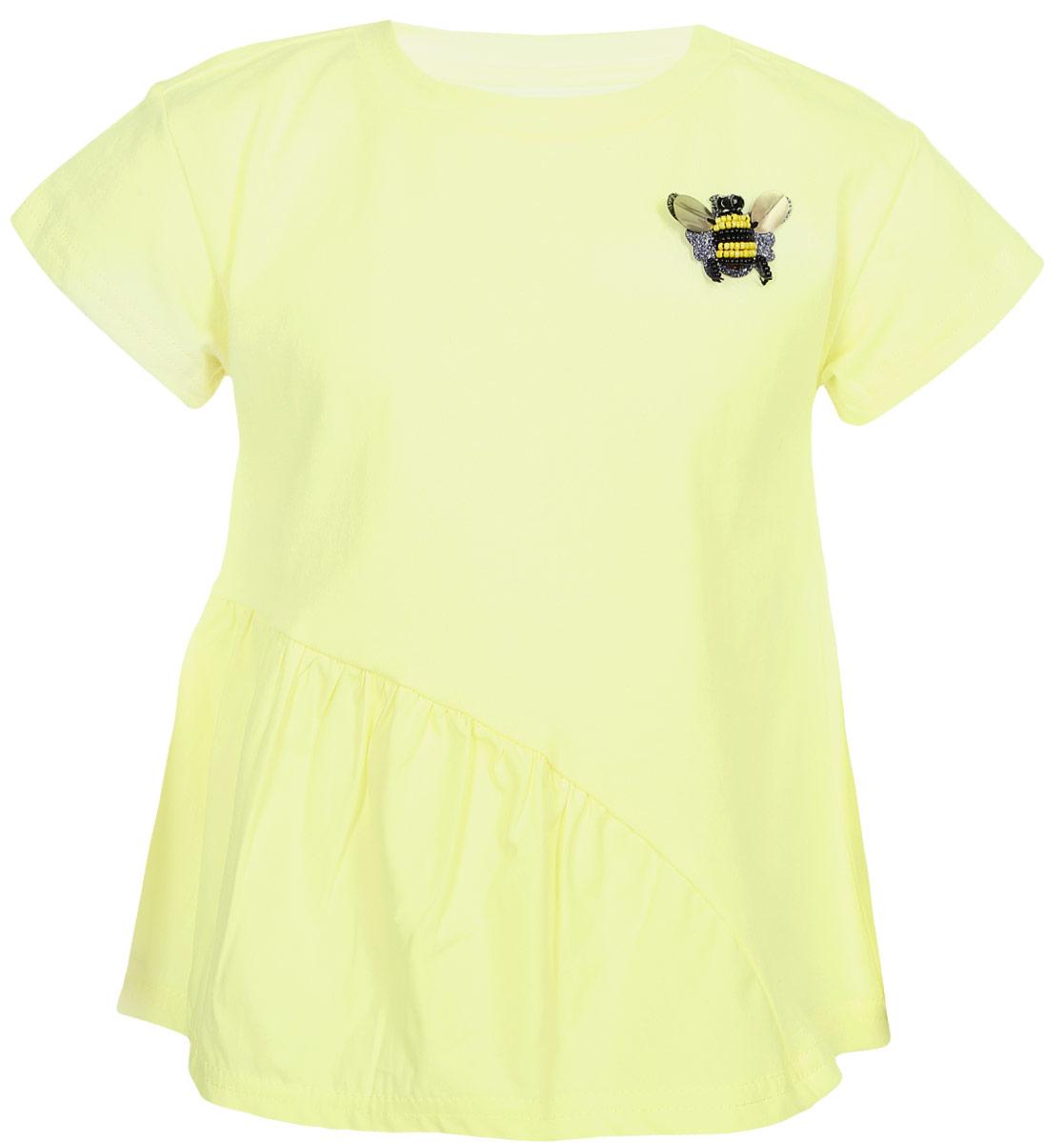 Футболка для девочки Acoola Musca, цвет: желтый. 20220110123_1200. Размер 10420220110123_1200Трикотажная футболка с косой оборкой из хлопкового поплина снизу. Перед декорирован пришитой брошью из бисера в виде пчелки. Свободный силуэт, круглый вырез горловины.