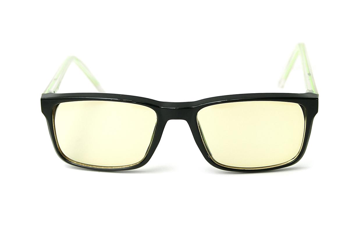 FOSTER GRANT Очки для геймеров Eye-Gear EG200 BKG4690452048666Оригинальная коллекция очков Foster Grant Eye-Gear, созданная специально для продвинутых геймеров. Восемь моделей очков в комбинированных оправах с комфортной посадкой снабжены особыми линзами желтого оттенка. Эти линзы задерживают до 76% лучей синего цвета, излучаемого экранами электронных устроиств, повышают четкость картинки и нейтрализует отвлекающие блики. Модели спортивного дизайна за счет обтекаемой формы позволяют задействовать боковое зрение. Каждая пара очков идет в стильном тканевом футляре. Eye-Gear - это удобные и надежные очки для продвинутых геймеров. Современные и стильные дизайны оправ; супертонкие и суперпрочные линзы из поликарбоната, устойчивы к царапинам; трехслойное антибликовое покрытие, нейтрализующее отблески и повышающее четкость восприятия.
