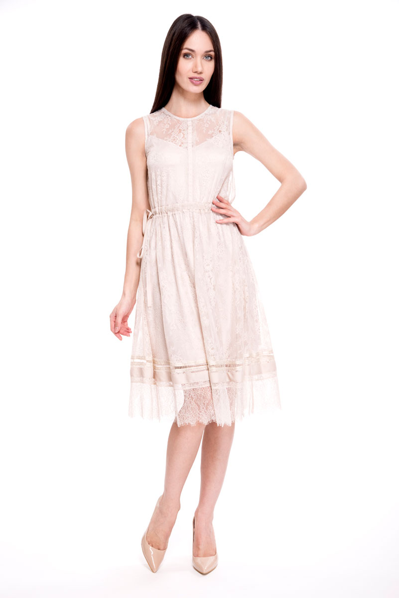Платье Lusio, цвет: бежевый. SS18-020051. Размер L (46/48)SS18-020051Элегантное платье от Lusio выполнено из нежного гипюра с подкладом. Модель приталенного кроя, с круглым вырезом горловины и без рукавов. На спинке изделие застегивается на пуговку.
