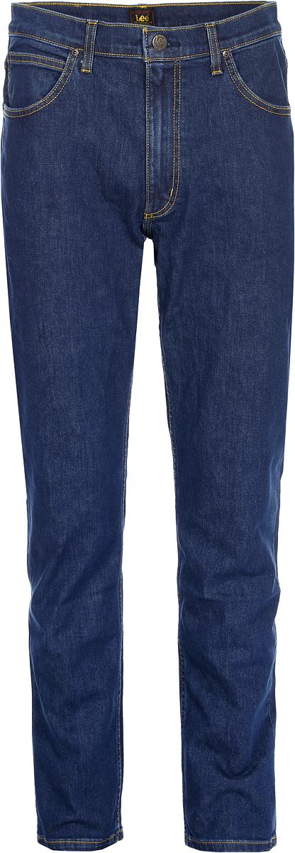Джинсы мужские Lee Brooklyn Straight, цвет: синий. L4527146. Размер 34-34 (50-34)L4527146Мужские джинсы Lee выполнены из высококачественного материала на основе хлопка. Джинсы стандартной посадки застегиваются на пуговицу в поясе и ширинку на застежке-молнии, дополнены шлевками для ремня. Джинсы имеют классический пятикарманный крой: спереди модель дополнена двумя втачными карманами и одним маленьким накладным кармашком, а сзади - двумя накладными карманами.