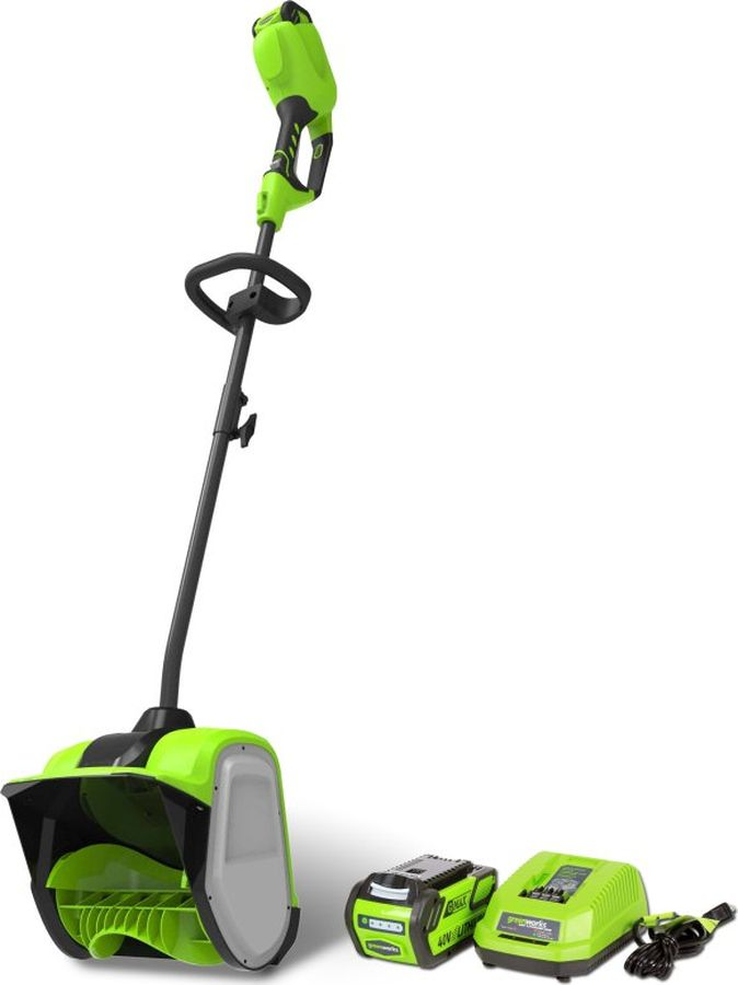 Снегоуборщик-снеголопата Greenworks G-MAX 40V, с аккумуляторной батареей и зарядным устройством2600807UACнегоуборщик аккумуляторный Greenworks 40 вольт (арт. 2600807UA) - Новая, компактнаямодель бесщеточного снегоуборщика 40В. Станет отличным дополнением к вашей коллекцииустройств 40В. Новинка имеет компактный размер и предназначена для облегчения уборкитерриторий от снега. Это незаменимый помощник владельцам частных домов или отдельныхгаражей.Оснащается самым современным и надежным двигателем бесколлекторного(бесщеточного) типа серии DigiPro. Такой тип двигателя сравним по мощностнымхарактеристикам с бензиновыми аналогами. Обладает пониженным уровнем вибрации и шума,не загрязняет окружающую среду. Прост в эксплуатации и не требует заправки бензином изамены свечей/фильтров. А главное такой двигатель до 10 раз надежнее щеточногоэлектрического.Одноступенчатая система шнека - простая и надежная, сам шнек выполнениз АBS пластика. Такой материал выбран не случайно, пластик легкий и не нагружаетдвигатель, а главное такой шнек не царапает декоративные покрытия. Еще однимдостоинством является долгое время автономной работы от 1 батареи, до 40 минут от 4 Ач.Снегоуборщик оснащен системой защиты от случайного включения и дополнительной ручкойдля крепкого хвата.Как уже было отмечено снегоуборищик входит в серию 40V и работаетот аккумуляторных батарей G-MAX 40V.Преимущества модели:Бесщёточный(индукционный) двигатель DigiPro;Снегоуборочный шнек из армированного пластика,неповреждающий декоративные покрытия;Малый вес;Не требует времени дляподготовки к работе, включение нажатием одной кнопки;Дальность выброса снега до 6метров;Кнопка-предохранитель от случайного включения;Время автономной работы до40 минут (от 4 Ач аккумулятора);Работа от 40V аккумулятора, совместимого с другимиустройствами из линейки 40V;Гарантия 2 года.Состав комплекта:G-MAX 40Vаккумуляторный снегоуборщик, арт. 2600807UA; Аккумуляторная батарея G-MAX 40V 2 Ачарт. 29717;Зарядное устройство G-MAX 40V, арт. 2904607;Р