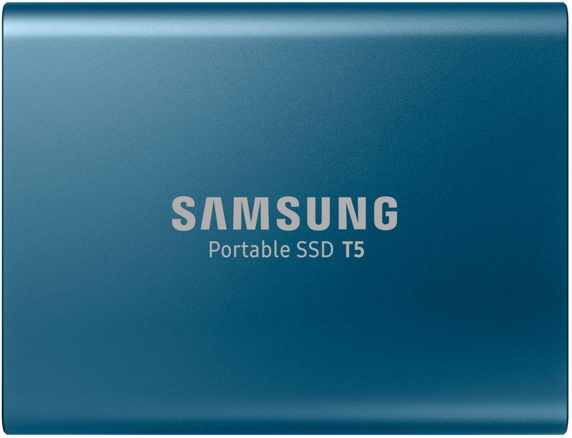 Samsung T5 250GB, Blue SSD-накопитель (MU-PA250BWW)MU-PA250BWWПортативный SSD накопитель Samsung серии T5 поднимает скорость передачи данных на новый уровень и открывает новую страницу в использовании внешней памяти.Благодаря компактной и прочной конструкции, а также паролю на доступ превращают SSD T5 в удобный портативный накопитель с надежной защитой данных.Благодаря Samsung флэш памяти V-NAND и USB 3.1 с интерфейсом 2 поколения, накопитель T5 обеспечивает скорость передачи данных до 540 MБ/с, что в 4.9x быстрее по сравнению с аналогичной характеристикой внешних жестких дисков.Передача и резервирование больших объемов данных, включая файлы видео в формате 4K и фотоснимков высокого разрешения теперь существенно ускорятся.Полностью металлический накопитель с округлыми кромками комфортно умещается в ладони вашей руки.T5 предлагается в двух вариантах текстуры алюмированной поверхности - синего цвета для моделей с емкостью 250 ГБ и 500 ГБ, а также черного для моделей емкостью 1 ТБ и 2 ТБ.Меньше, чем обычная визитная карточка, весит 51 грамм, толщина 10,5 мм.Компактный, легкий и тонкий T5 - идеальный портативный накопитель.