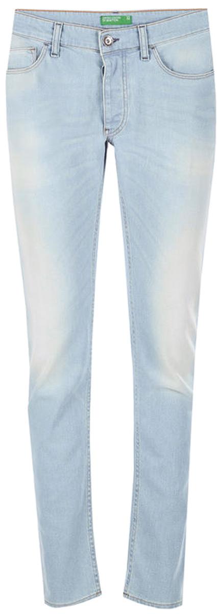 Брюки мужские United Colors of Benetton, цвет: голубой. 4D4FT77T8_903. Размер 404D4FT77T8_903Джинсы-слим от United Colors of Benetton выполнены из эластичного хлопкового денима. Модель с поношенным эффектом в поясе застегивается на пуговицу и имеет ширинку на молнии и шлевки для ремня. Джинсы имеют классический пятикарманный крой.