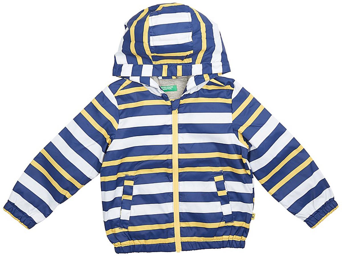 Куртка для мальчика United Colors of Benetton, цвет: белый, синий, желтый. 2WU953BP0_902. Размер 1502WU953BP0_902Легкая куртка от United Colors of Benetton выполнена из высококачественного полиэстера на хлопковом подкладе. Модель с длинными рукавами и капюшоном застегивается на молнию, по бокам дополнена втачными карманами.