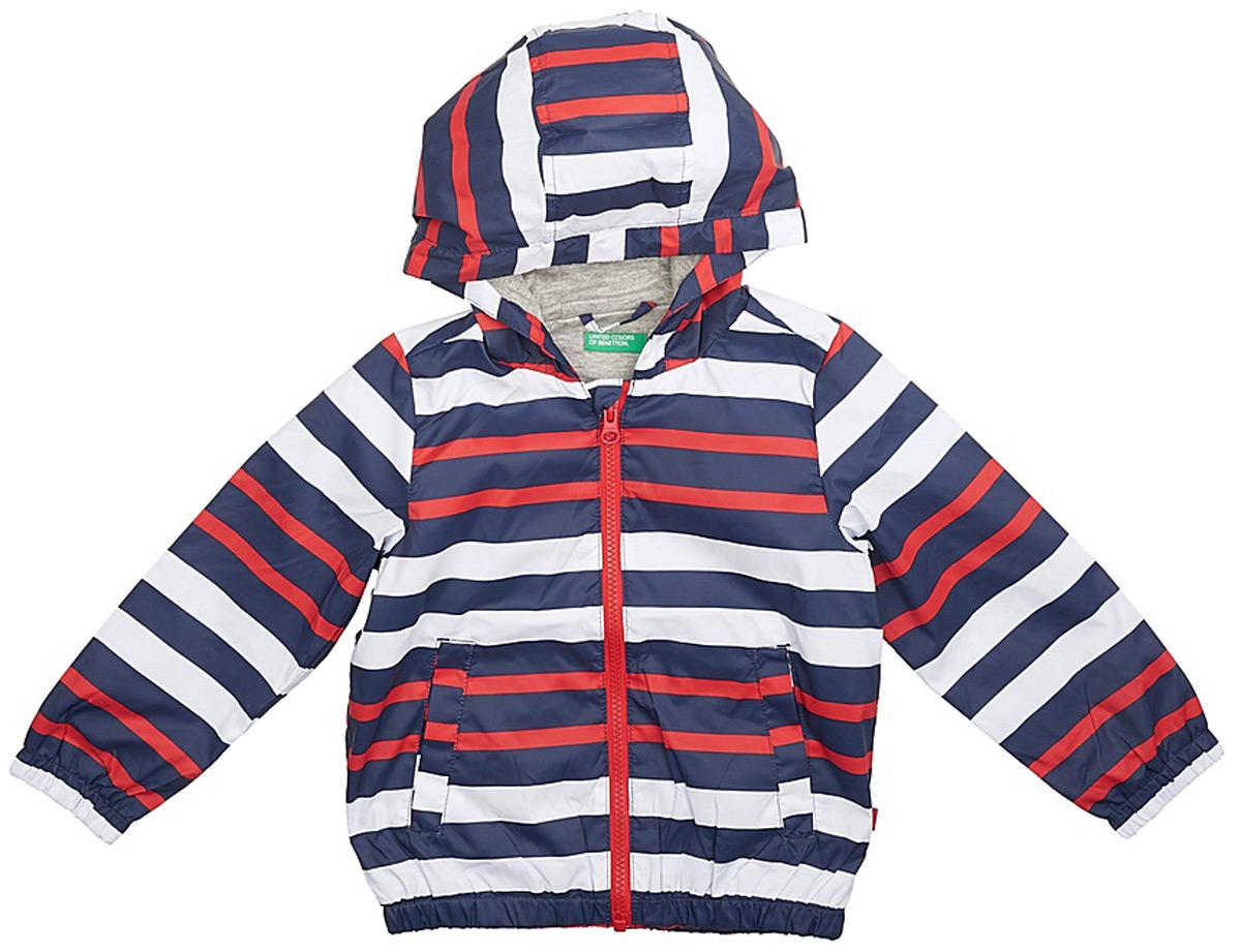 Куртка для мальчика United Colors of Benetton, цвет: белый, темно-синий, красный. 2WU953BP0_901. Размер 1002WU953BP0_901Легкая куртка от United Colors of Benetton выполнена из высококачественного полиэстера на хлопковом подкладе. Модель с длинными рукавами и капюшоном застегивается на молнию, по бокам дополнена втачными карманами.
