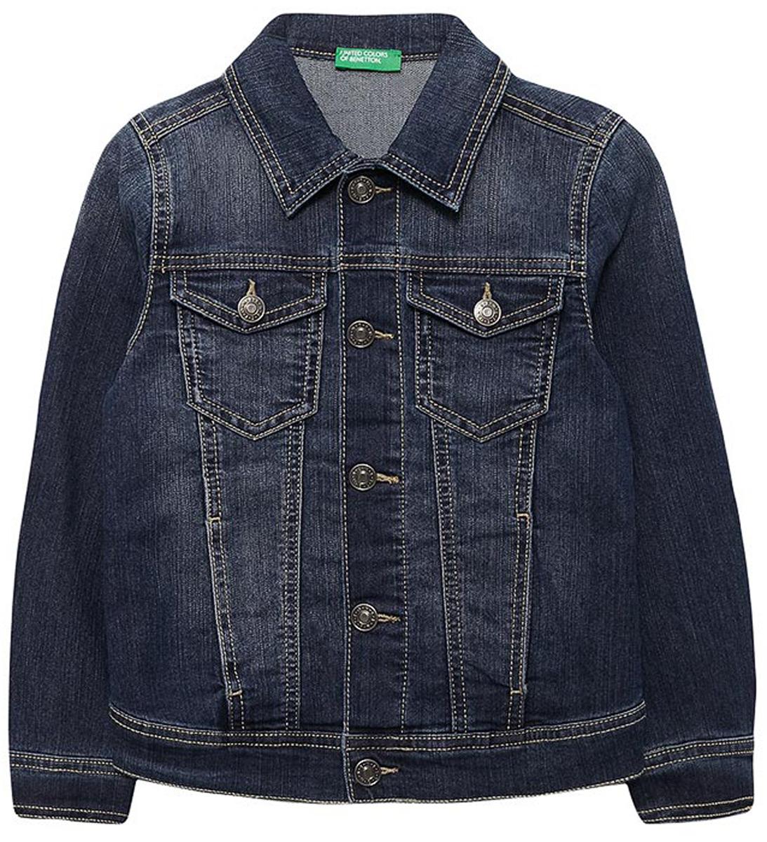 Куртка для мальчика United Colors of Benetton, цвет: синий. 2CU953BH0_901. Размер 1702CU953BH0_901Джинсовая куртка от United Colors of Benetton выполнена из эластичного хлопкового денима. Модель классического кроя с длинными рукавами и отложным воротником застегивается на металлические пуговицы-болты. По бокам куртка дополнена втачными карманами, на груди – накладными карманами с клапанами на пуговицах.