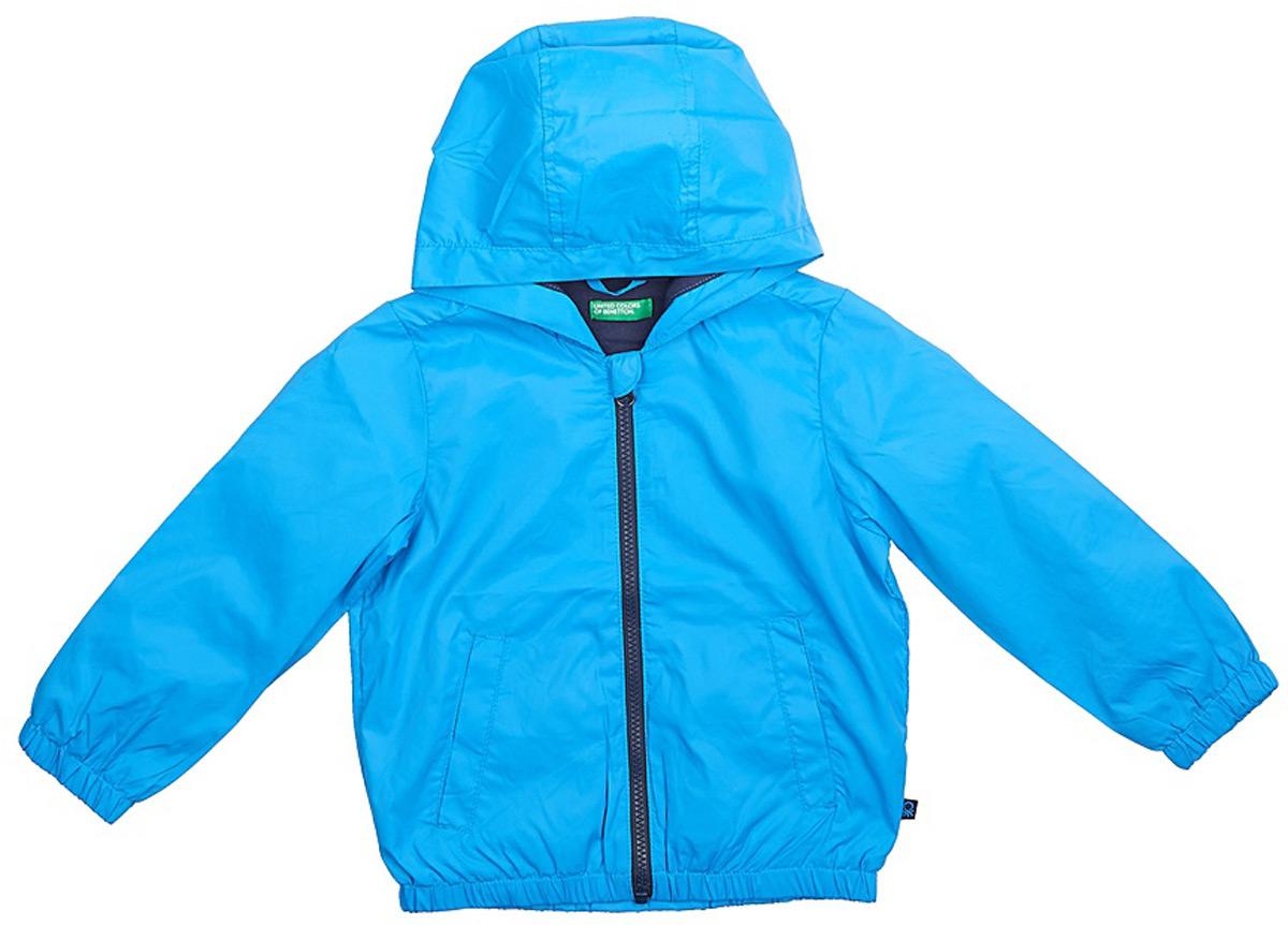 Куртка для мальчика United Colors of Benetton, цвет: голубой. 2WU053BQ0_0M8. Размер 1102WU053BQ0_0M8Легкая куртка от United Colors of Benetton выполнена из высококачественного полиэстера на хлопковом подкладе. Модель с длинными рукавами и капюшоном застегивается на молнию, по бокам дополнена втачными карманами.