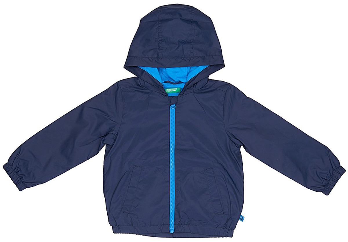 Куртка для мальчика United Colors of Benetton, цвет: синий. 2WU053BQ0_13C. Размер 1702WU053BQ0_13CЛегкая куртка от United Colors of Benetton выполнена из высококачественного полиэстера на хлопковом подкладе. Модель с длинными рукавами и капюшоном застегивается на молнию, по бокам дополнена втачными карманами.