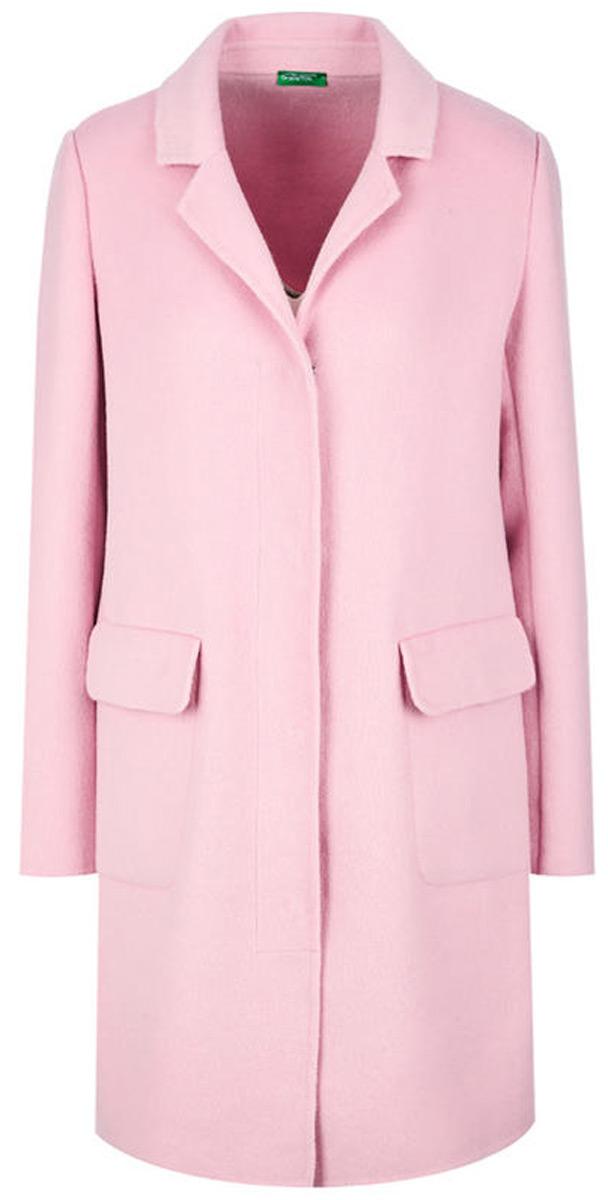Пальто женское United Colors of Benetton, цвет: розовый. 2BF853405_09J. Размер 44 (46)2BF853405_09JЛегкое пальто от United Colors of Benetton выполнено из высококачественного материала с добавлением шерсти. Модель с длинными рукавами и лацканами застегивается на внутренние кнопки, по бокам дополнено карманами с клапанами.