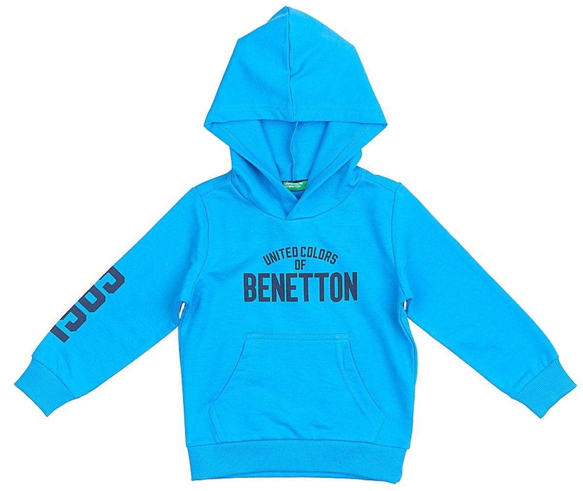 Толстовка для мальчика United Colors of Benetton, цвет: ярко-голубой. 3BC1C2091_0M8. Размер 1203BC1C2091_0M8Модная толстовка от United Colors of Benetton выполнена из натурального хлопкового трикотажа. Модель с капюшоном и длинными рукавами на груди оформлена брендированной надписью и спереди дополнена карманом кенгуру. Манжеты рукавов и низ изделия дополнены широкими трикотажными резинками.