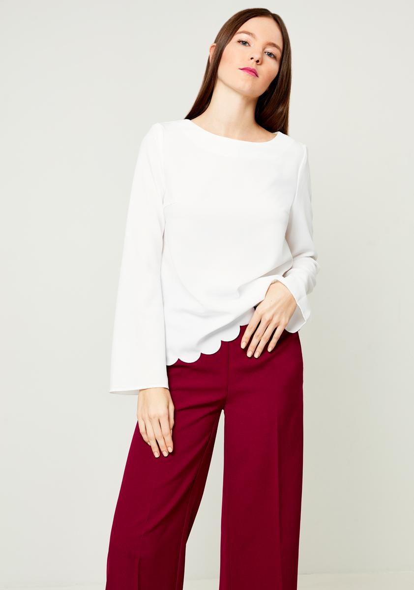 Блузка женская Zarina, цвет: белый. 8121014307001. Размер 508121014307001Женская блузка Zarina выполнена из полиэстера с добавлением эластана. Модель с круглым вырезом горловины и длинными рукавами сзади на спине дополнена металлической фурнитурой.
