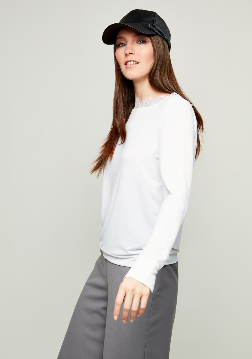 Блузка женская Zarina, цвет: белый. 8123520420001. Размер M (46)8123520420001Блузка Zarina выполнена из высококачественного материала. Модель с круглым вырезом горловины и длинными рукавами, дополнена ажурной вставкой на горловине и по низу рукавов небольшими вырезами.