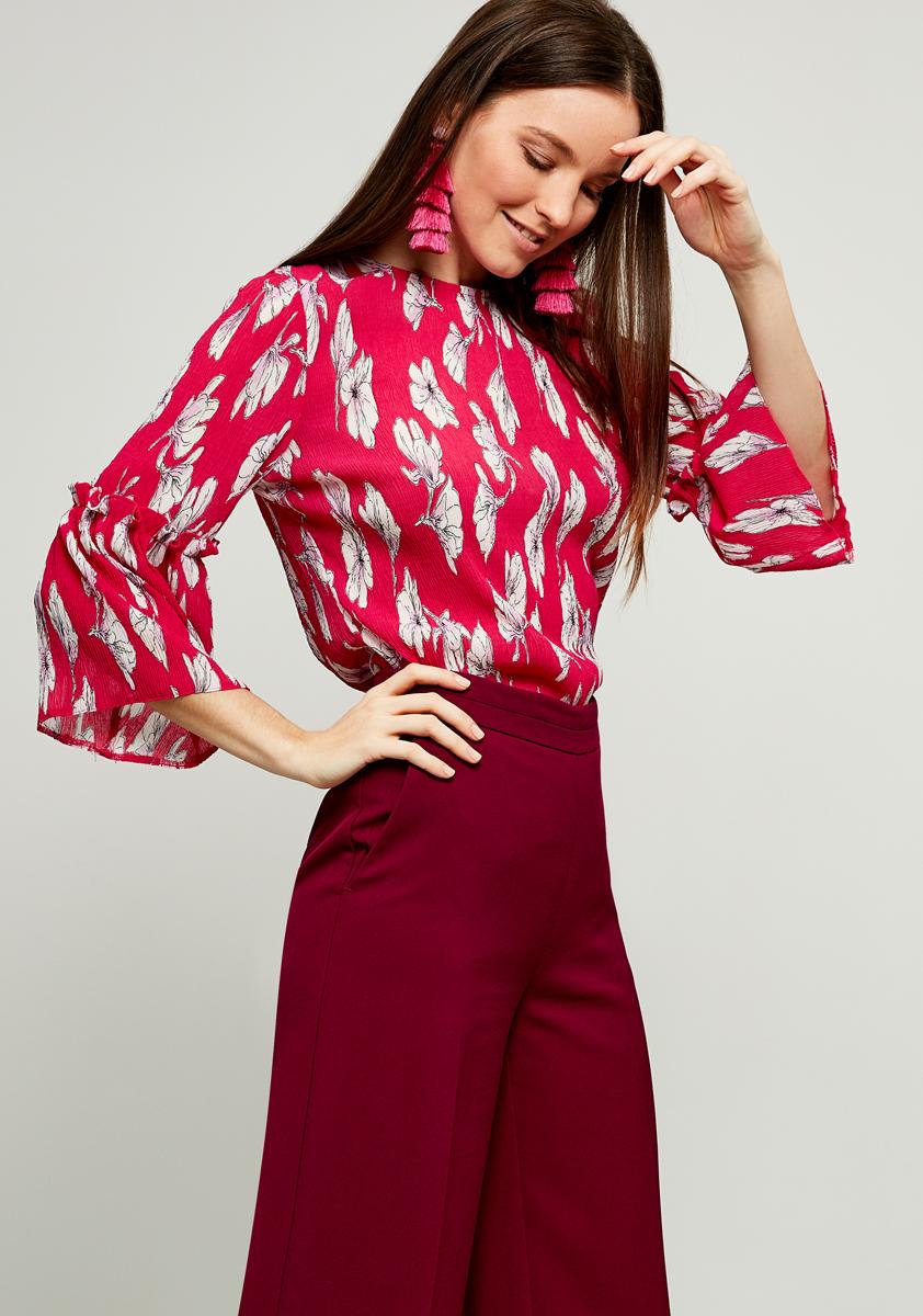 Блузка женская Zarina, цвет: розовый. 8122070300094. Размер 508122070300094Женская блузка Zarina выполнена из полиэстера и оформлена принтом. Модель с круглым вырезом горловины и длинными рукавами сзади застегивается на пуговицу.