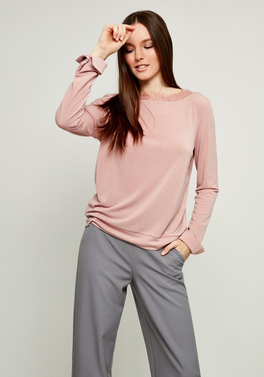 Блузка женская Zarina, цвет: розовый. 8123520420093. Размер L (48)8123520420093Блузка Zarina выполнена из высококачественного материала. Модель с круглым вырезом горловины и длинными рукавами, дополнена ажурной вставкой на горловине и по низу рукавов небольшими вырезами.