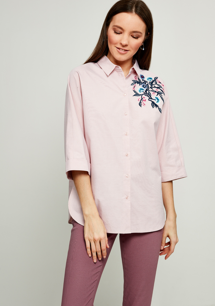 Блузка женская Zarina, цвет: светло-розовый. 8123101331097. Размер 508123101331097БлузкаZarina выполнена из натурального хлопка. Модель с отложным воротником и короткими рукавами застегивается на пуговицы. Изделие дополнено спереди стильной вышивкой.