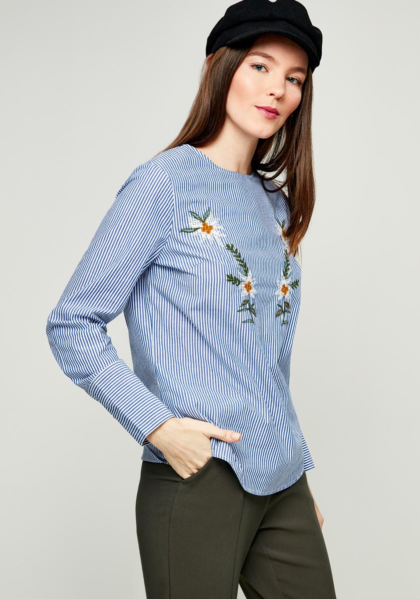 Блузка женская Zarina, цвет: синий. 8122086316056. Размер 508122086316056Женская блузка Zarina выполнена из натурального хлопка и оформлена принтом в полоску. Модель с круглым вырезом горловины и длинными рукавами спереди дополнена вышивкой.