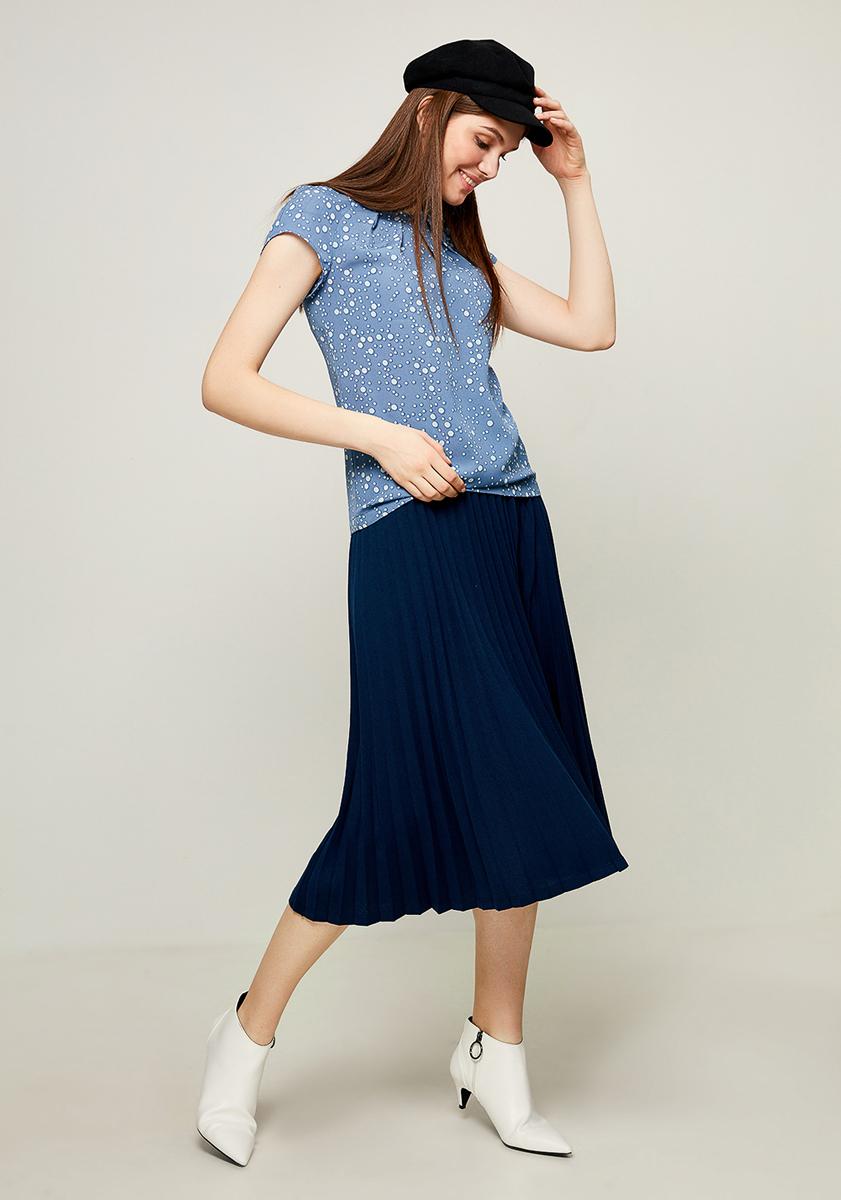 Блузка женская Zarina, цвет: синий. 8123072302040. Размер 428123072302040Блузка от Zarina выполнена из высококачественного полиэстера. Модель с короткими рукавами-реглан и круглым вырезом горловины на груди застегивается на пуговицу. На груди блузка декорирована встречными складками.