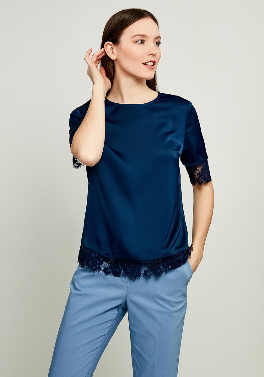 Блузка женская Zarina, цвет: синий. 8123073303040. Размер 508123073303040Нарядная блузка от Zarina выполнена из высококачественного эластичного полиэстера. Модель с короткими рукавами до локтя и круглым вырезом горловины на спинке застегивается на пуговицу. Края рукавов и низ изделия декорированы ажурным кружевом.