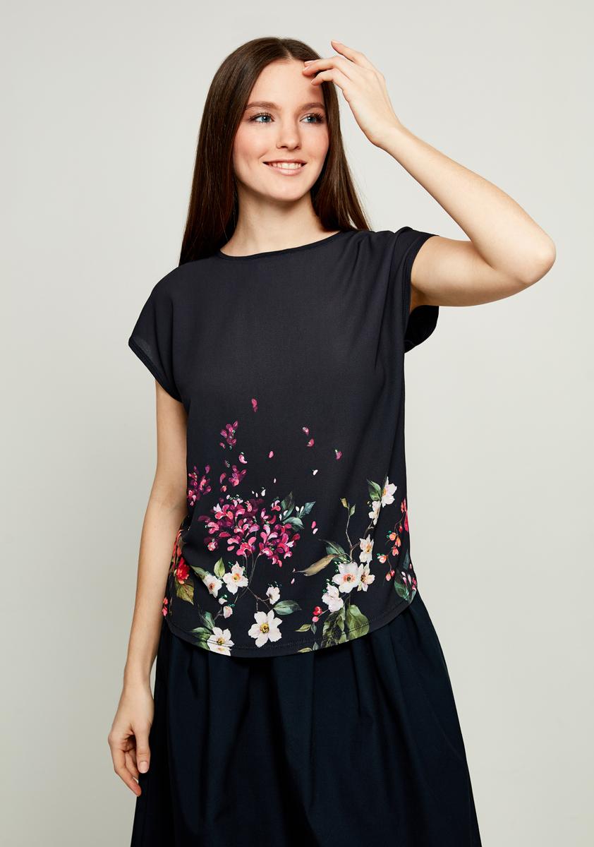 Блузка женская Zarina, цвет: черный. 8122506406085. Размер S (44)8122506406085Женская блузка Zarina выполнена из высококачественных материалов. Модель с круглым вырезом горловины и короткими рукавами спереди дополнена принтом.
