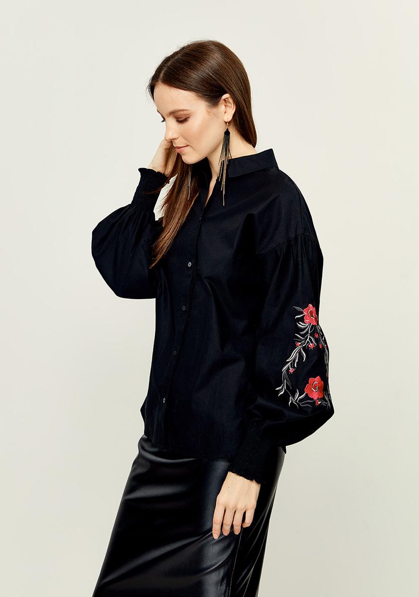 Блузка женская Zarina, цвет: черный. 8121033321050. Размер 428121033321050Женская блузка Zarina выполнена из натурального хлопка. Модель с воротником - стойка и длинными рукавами спереди застегивается на пуговицы. Рукава дополнены эластичными резинками и оформлены вышивкой.