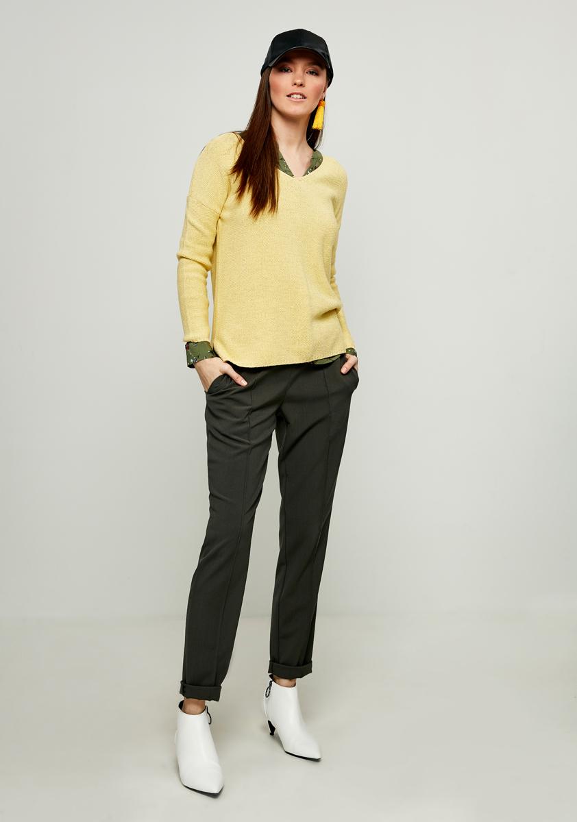 Джемпер женский Zarina, цвет: желтый. 8123608808009. Размер L (48)8123608808009Джемпер Zarina выполнен из высококачественного материала. Модель с V - образным вырезом горловины и длинными рукавами, дополнена по бокам небольшими разрезами.
