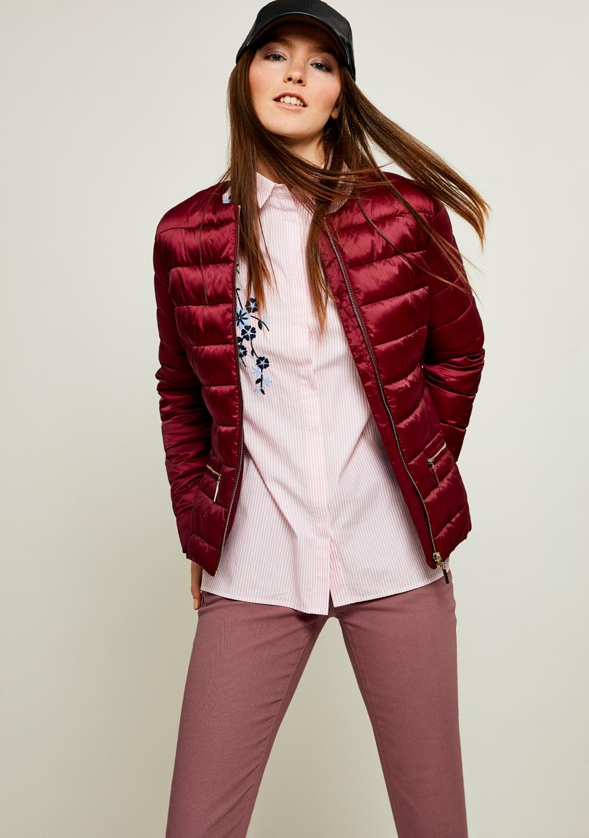 Куртка женская Zarina, цвет: бордовый. 8122400100071. Размер 488122400100071Утепленная куртка от Zarina выполнена из высококачественного полиэстера. Модель укороченного кроя с длинными рукавами и круглым вырезом горловины застегивается на молнию, а по бокам дополнена прорезными карманами на молниях.
