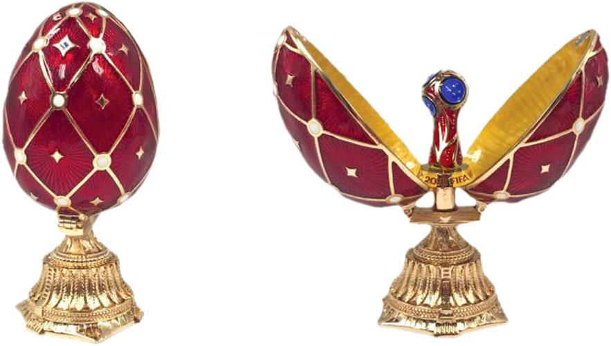 Яйцо пасхальное FIFA Кубок, цвет: красный, 3,5 х 3,5 х 7,5 смF-08-75-REDРоскошное произведение в великолепной стилистике известных яиц Фаберже, в котором кропотливо повторены лучшие находки знаменитого ювелира.Яйцо стоит на постаменте с богатой гравировкой, украшенной узорами. Раскрывается на две части, снаружи покрыто эмалью и орнаментальной сеткой, на пересечениях ячеек – сверкающие стразы. Внутри – искусная мини-копия кубка ЧМ, отделанная разноцветной эмалью.Это прекрасный подарок на память для каждого болельщика, достойный сувенир ЧМ-2018.