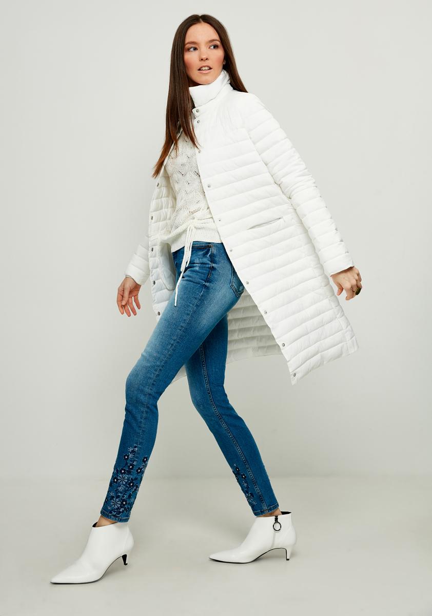 Пальто женское Zarina, цвет: белый. 8122405105002. Размер 508122405105002Стильное утепленное пальто от Zarina выполнено из высококачественного материала. Модель с длинными рукавами и воротником-стойкой застегивается на кнопки, по бокам дополнена втачными карманами на потайных молниях.