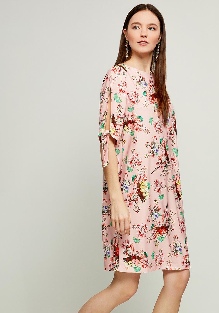 Платье Zarina, цвет: розовый. 8123002502095. Размер 468123002502095Стильное платье от Zarina выполнено из высококачественного полиэстера с цветочным принтом. Модель свободного кроя с короткими рукавами до локтя и круглым вырезом горловины. Рукава декорированы вырезами и завязками.
