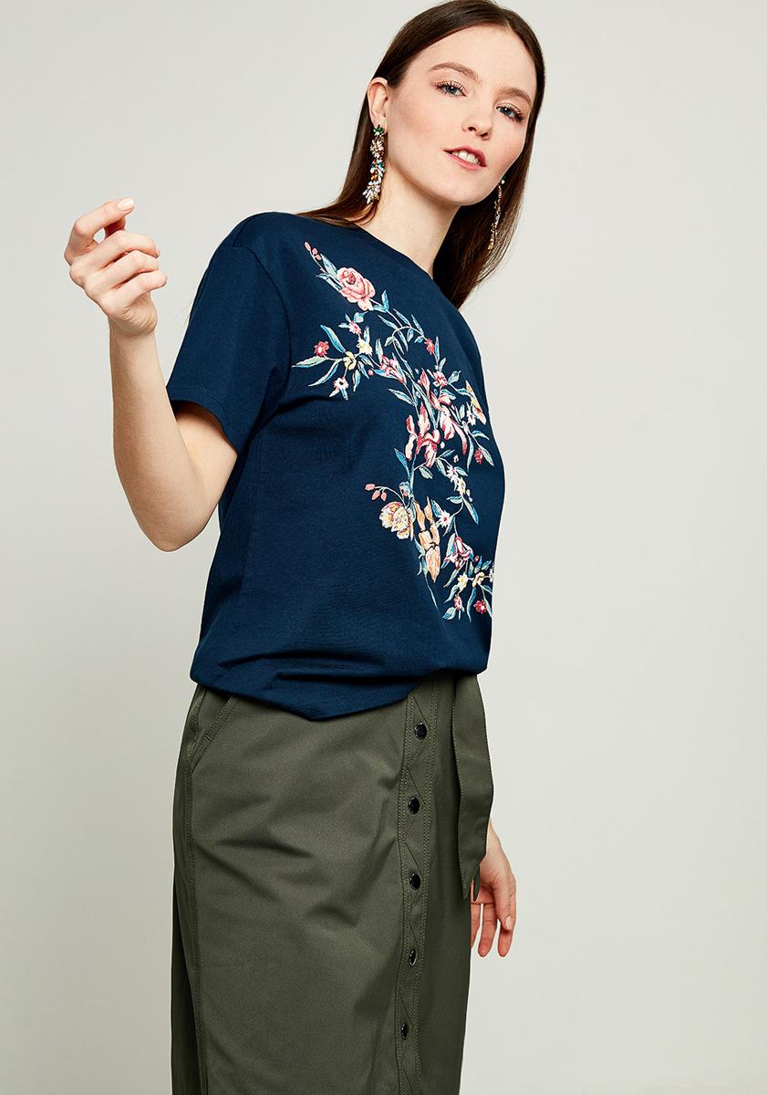 Футболка женская Zarina, цвет: темно-синий. 8123506406047. Размер S (44)8123506406047Женская футболка Zarina, изготовленная из хлопка, тактильно приятная и не сковывает движений. Модель с круглым вырезом горловины и короткими рукавами, оформлена спереди оригинальным принтом.