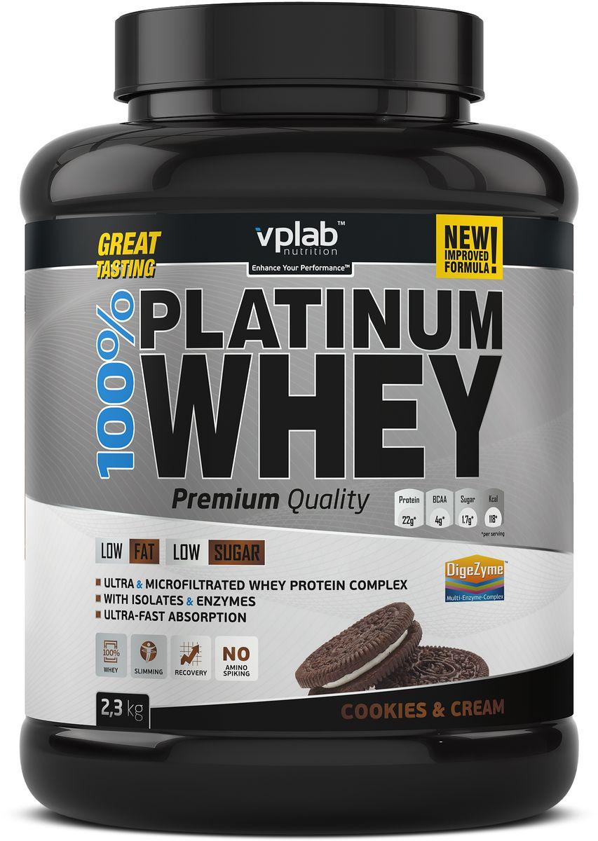 Протеин сывороточный Vplab Platinum Whey, печенье, 2,3 кгVP55Комбинация ультрафильтрованного концентрата и микрофильтрованного изолята сывороточного протеина. Обогащен комплексом пищеварительных ферментов DigeZyme. No amino spiking - без добавления дешевых аминокислот в свободной форме. Сывороточный протеин получен из молока коров травяного откорма. Высокое содержание незаменимых аминокислот и сверхбыстрое усвоение. Низкое содержание жира и сахара. Великолепный вкус, даже при приготовлении на воде. 100% Platinum Whey - это новый стандарт для сывороточных протеинов. Продукт произведён при использовании самых передовых технологий и соответствует всем мировым стандартам качества. Это исключительный протеин премиум класса с великолепным вкусом!В состав продукта входит комбинация из ультрафильтрованного концентрата и микрофильтрованного изолята сывороточного протеина, полученного из молока коров травяного откорма. Протеин имеет наивысшую биологическую ценность, быстро активизирует и усиливает рост мышц, помогает поддерживать чистую мышечную массу. А уникальный комплекс ферментов от DigeZyme (комплекс энзимов от Sabinsa Corporation (США)) обеспечит полное расщепление и усвоение белков. Кроме того, эти ферменты устойчивы к желудочному соку, что позволяет им не терять своих свойств в кислой среде.Ряд производителей добавляют в продукт аминокислоты с низкой биологической ценностью (глицин, таурин, глютамин и т.д.) с целью повысить содержание протеина, выносимое на упаковку продукта, а также удешевить продукт в производстве. Продукт от VP Laboratory не содержит отдельно добавленных дешевых аминокислот и его аминокислотный профиль полностью идентичен профилю молочной сыворотки.Продукт идеально подойдет людям, ведущим активный образ жизни и занимающимся в тренажерном зале. Низкое содержание жиров и углеводов позволит вам сделать 100% Platinum Whey неотъемлемой частью вашего рациона.Состав. Концентрат сывороточного протеина, изолят сывороточного протеина, загуститель Е466, подсл
