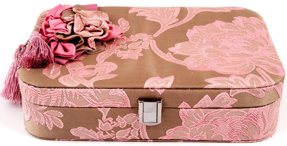 Шкатулка для украшений, цвет: розовый, 28 х 20 х 10 см. 8458784587Оригинальная шкатулка идеально впишется в ваш интерьер! Все ваши украшения будут лежать водном месте и никогда не потеряются! Великолепная шкатулка не оставит равнодушной ни однулюбительницу изысканных вещей. Сочетание оригинального дизайна и функциональностисделает такую шкатулку практичным и стильным подарком и предметом гордости ееобладательницы.