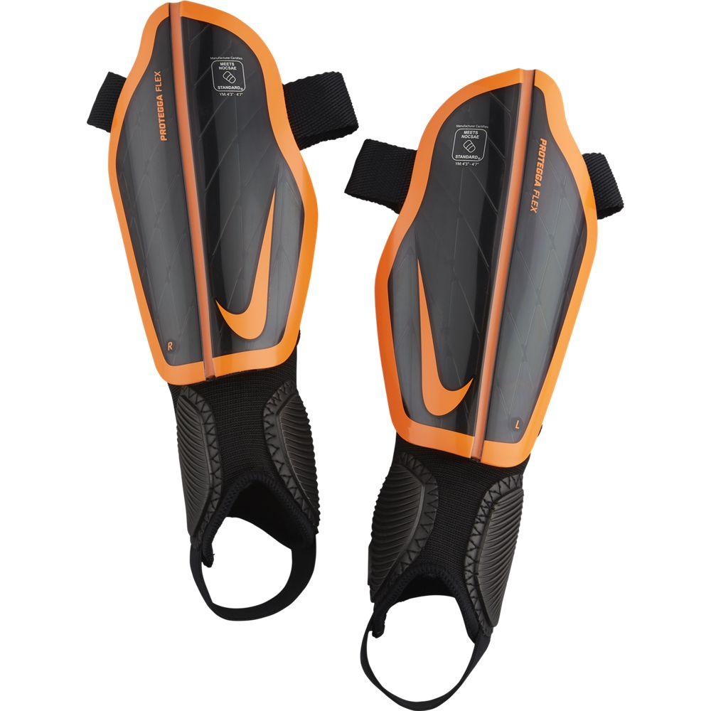 Щитки футбольные Nike Attack Stadium, цвет: черный, оранжевый. Размер LSP0314-013Nike Attack Stadium НЕВЕСОМАЯ АМОРТИЗАЦИЯ. ПРОЧНАЯ ЗАЩИТА Детские футбольные щитки Nike Attack Stadium повторяют форму ноги, а инжектированная вставка из материала Phylon обеспечивает легкость и дополнительную амортизацию.Каркас повторяет форму ноги, обеспечивая идеальную посадку. Прочный каркас выполнен из материала K-Resin для эффективного рассеивания силы ударов.Инжектированный пеноматериал Phylon обеспечивает легкость, прочность и адаптивную амортизацию. Съемная накладка на лодыжку позволяет регулировать защиту в зависимости от твоих потребностей. 69% K RESIN31% ЭВА