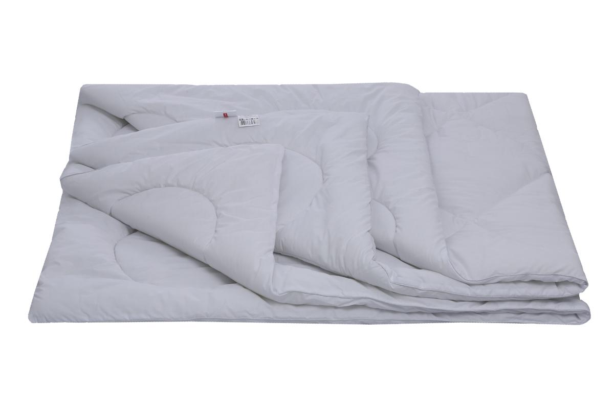 Изделие выполнено в белоснежном поликоттоне, с плотным переплетением и тонкой нитью.  Благодаря уникальной финишной отделке, появляется эффект оптического отбеливания, такое одеяло действительно выглядит белоснежным.   Одеяло стегается на одноигольной машине, рисунок стежки декоративный.   Изделия подходят для людей с аллергией, оно очень пышное, наполнитель распределен равномерно.
