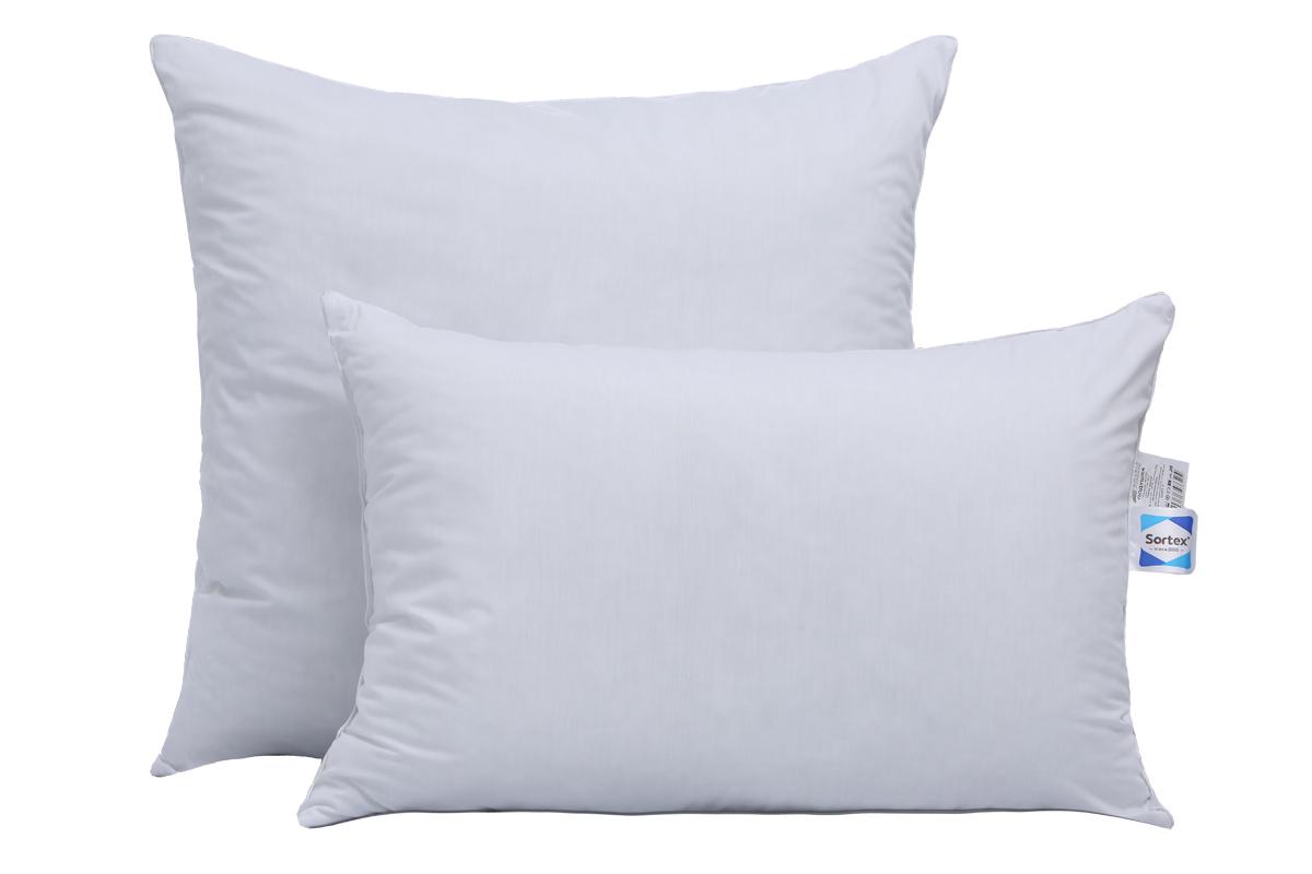 Подушки выполнены в белоснежном поликоттоне, с плотным переплетением и тонкой нитью.  Высокоизвитое волокно в наполнителе делают  подушку не только мягкой, но и одновременно упругой, т.е. спать на ней очень удобно.  Изделия подходят для людей с аллергией.