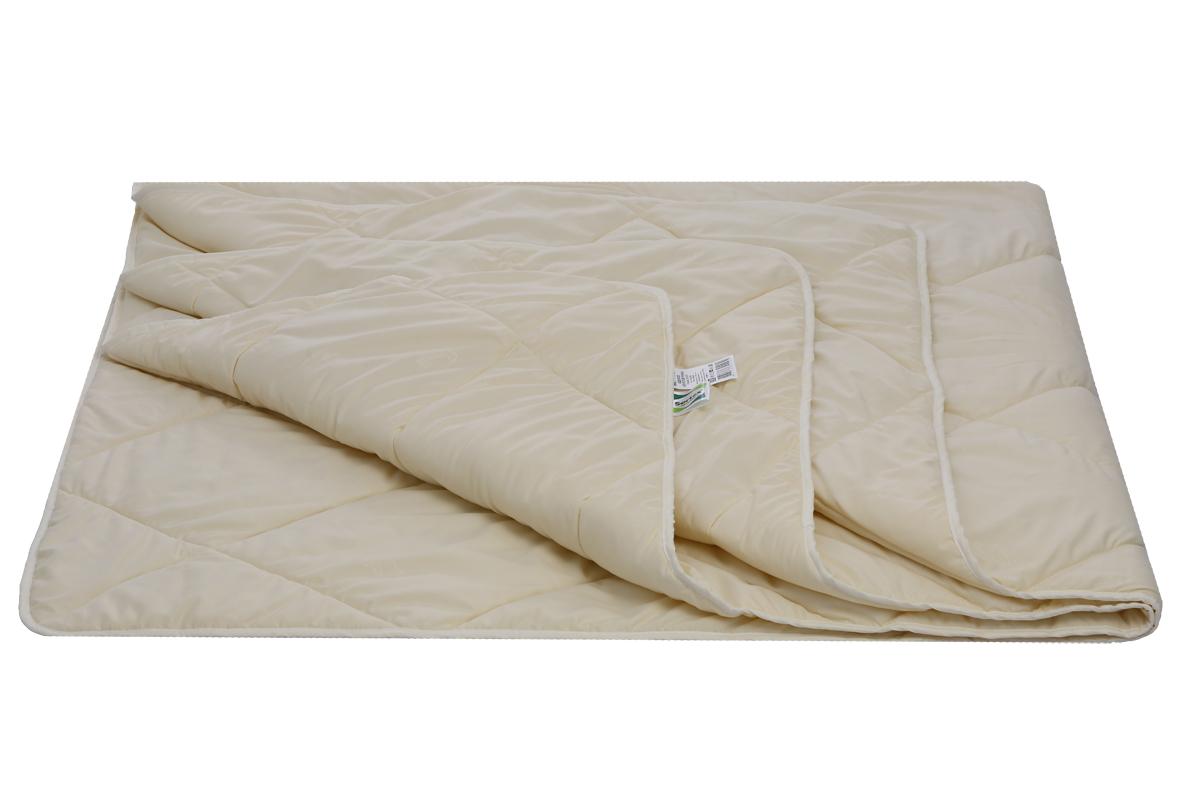 """Одеяло Sortex """"Natura"""" стегается на многоигольной машине с применением технологии прямой подачи волокна direct feeding, поэтому одеяло не теряет пышность.  Края изделия окантованы тканью. Одеяло долговечное, имеет антибактериальный эффект и простое в уходе. Ткань микрофибра с эффектом персиковой кожи."""