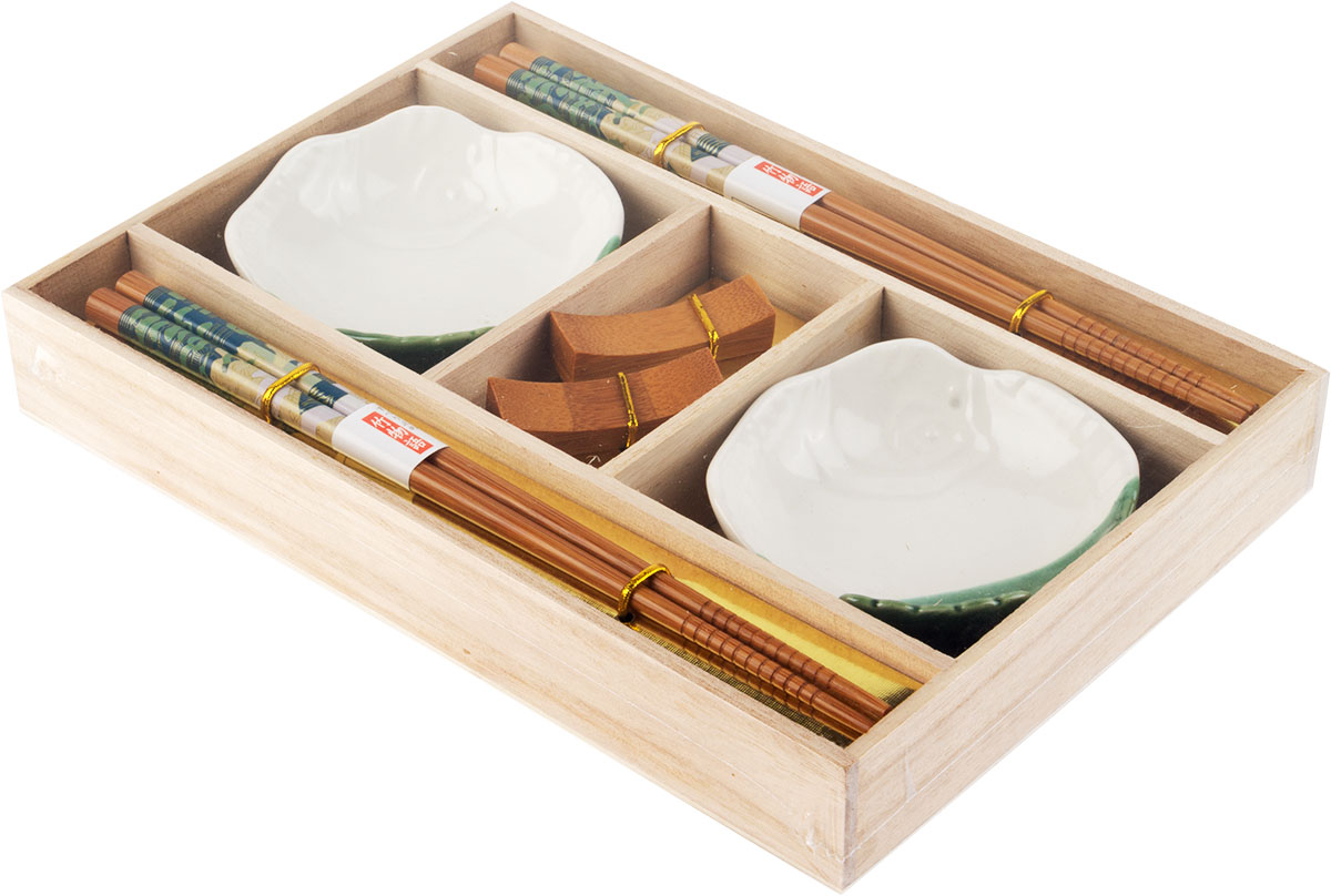 Набор для суши станет прекрасным подарком для любителя японской кухни.  Набор состоит из 6 предметов. В набор входят:  - 2 пиалы для соуса,  - 2 пары палочек для еды,  - 2 подставки для палочек.  Набор упакован в красивую коробку.
