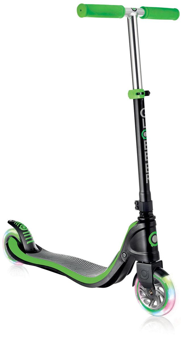Самокат Globber Flow 125 Lights, со светящимися колесами, цвет: зеленый472-106Самокат FLOW 125 разработан для детей, которые хотят использовать свой скутер с максимальным комфортом и безопасностью. Самокат оснащен жесткой, фиксированной, стальной рамой. Платформа оснащена пластиной из противоскользящего материала EVA. Самокат обладает регулируемым Т-образным рулем, который легко адаптируется к росту ребенка. Колеса выполнены из высококачественного полиуретана с нейлоновыми покрытиями. Самокат FLOW внес новый виток в развитие самокатов, благодаря своему революционному дизайну и системе, требующей лишь минимального обслуживания. Ультра-прочный каркас, переднее крыло, двойной воротник зажима. Ручки из эластичного двухкомпонентного материала для большего комфорта и большей износостойкости. Колеса изготовлены из прозрачного высококачественного полиуретана с отличным отскоком, имеют нейлоновую втулку, монтируются на подшипниках 608ZZ ABEC 5. Мягкий и плавный задний тормоз, обеспечивающий торможение, предотвращающее износ заднего колеса. Версия FLOW 125 LIGHTS снабжена светящимися светодиодными колесами.