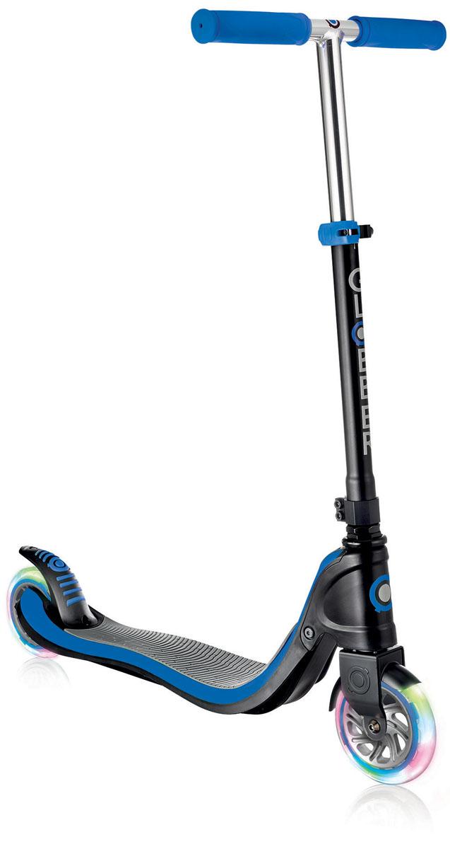 Самокат Globber Flow 125 Lights, со светящимися колесами, цвет: синий472-100Самокат FLOW 125 разработан для детей, которые хотят использовать свой скутер с максимальным комфортом и безопасностью. Самокат оснащен жесткой, фиксированной, стальной рамой. Платформа оснащена пластиной из противоскользящего материала EVA. Самокат обладает регулируемым Т-образным рулем, который легко адаптируется к росту ребенка. Колеса выполнены из высококачественного полиуретана с нейлоновыми покрытиями. Самокат FLOW внес новый виток в развитие самокатов, благодаря своему революционному дизайну и системе, требующей лишь минимального обслуживания. Ультра-прочный каркас, переднее крыло, двойной воротник зажима. Ручки из эластичного двухкомпонентного материала для большего комфорта и большей износостойкости. Колеса изготовлены из прозрачного высококачественного полиуретана с отличным отскоком, имеют нейлоновую втулку, монтируются на подшипниках 608ZZ ABEC 5. Мягкий и плавный задний тормоз, обеспечивающий торможение, предотвращающее износ заднего колеса. Версия FLOW 125 LIGHTS снабжена светящимися светодиодными колесами.