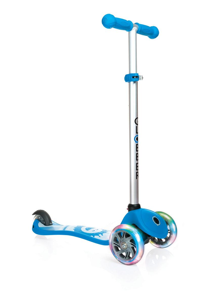 Самокат Globber Primo Fantasy Lights, со светящимися передними колесами, цвет: голубой424-011Самокат PRIMO FANTASY предназначен для самых маленьких гонщиков. Самокат идеально подходит для развития равновесия и обучения езде вашего малыша. Самокат оснащен кнопкой для блокировки колес, что способствует облегчению в обучении катанию. Самокат обладает регулируемым Т-образным рулем, который легко адаптируется к росту ребенка. Колеса самоката выполнены из высококачественного полиуретана с нейлоновыми покрытиями. Самокат PRIMO FANTASY оборудован алюминиевым Т-образным рулем, который с легкостью можно подстраивать под рост ребенка. PRIMO FANTASY, будучи легкоуправляемым и надежным, был спроектирован из лучших материалов: подножка выполнена из двухкомпонентного армированного нейлона, колеса - из прозрачного высококачественного полиуретана имеют отличный отскок, а ручки из мягкой термопластичной резины. Высокопрочные подшипники 608ZZ позволяют добиться отменного скольжения, а также уменьшить перегрев и снашивание.