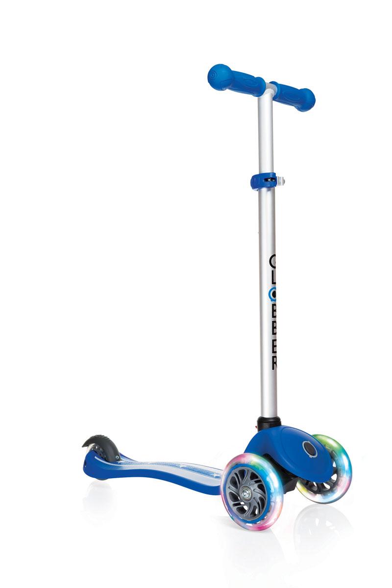 Самокат Globber Primo Fantasy Lights, со светящимися передними колесами, цвет: синий. 424-012424-012Самокат PRIMO FANTASY предназначен для самых маленьких гонщиков. Самокат идеально подходит для развития равновесия и обучения езде вашего малыша. Самокат оснащен кнопкой для блокировки колес, что способствует облегчению в обучении катанию. Самокат обладает регулируемым Т-образным рулем, который легко адаптируется к росту ребенка. Колеса самоката выполнены из высококачественного полиуретана с нейлоновыми покрытиями. Самокат PRIMO FANTASY оборудован алюминиевым Т-образным рулем, который с легкостью можно подстраивать под рост ребенка. PRIMO FANTASY, будучи легкоуправляемым и надежным, был спроектирован из лучших материалов: подножка выполнена из двухкомпонентного армированного нейлона, колеса - из прозрачного высококачественного полиуретана имеют отличный отскок, а ручки из мягкой термопластичной резины. Высокопрочные подшипники 608ZZ позволяют добиться отменного скольжения, а также уменьшить перегрев и снашивание.