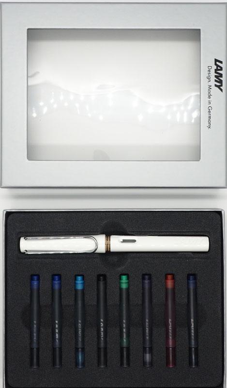 Lamy Набор: ручка перьевая Safari цвет корпуса белый + картриджи 8 шт4000226/кLamy Safari – комплект с разноцветными картриджамиМодель Lamy Safari cоздана в 1980 году в коллаборации с дизайнерами и психологами специально для подростков. Сейчас трудно найти в Европе школу или университет, где не писали бы Lamy Safari. В 80-е дизайн этой ручки многим казался немного странным, ни на что непохожим, что, вероятно, и привлекло молодежь, которую уже не устраивал традиционный дизайн обычных ручек. Lamy Safari хорошо показала себя в деле: ручка пишет практически без нажима, ее эргономика такова, что рука не устает даже от долгого письма. Сейчас этими ручками пишут и рисуют, а также их коллекционируют – помимо широкой гаммы постоянных цветов, каждый год выходит лимитированный выпуск ручек в самом модном цвете.Выполнена из прочного ABS пластика. Эргономичный хват, позволяющий пальцам принять правильное положение при письме. Металлический клип на колпачке напоминает по форме канцелярскую скрепку. Окошко на корпусе позволяет контролировать расход чернил. Стальное заменяемое перо. Перьевая ручка используется с чернильными картриджами Lamy T10 или с конвертером Lamy Z28 для заправки чернилами из флакона Lamy T51 или Lamy T52.Комплектация: Подарочная коробка, ручка с пером F, чернильные картриджи Lamy T10 синего, черного, сине-черного, фиолетового, красного, зеленого, бирюзового цветов, инструкция.Дизайн: Вольфганг ФабианИстория бренда Lamy насчитывает более 80-ти лет, а его философия заключается в слогане Дизайн. Сделано в Германии. Компания получила более 100 самых престижных дизайнерских наград. Все пишущие инструменты Lamy производятся на фабрике в Гейдельберге (Германия).