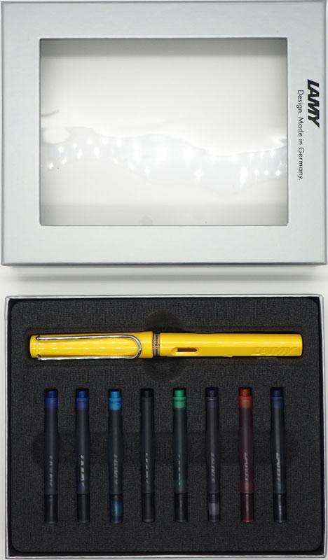 Lamy Набор: ручка перьевая Safari цвет корпуса желтый + картриджи 8 шт4000214/кLamy Safari – комплект с разноцветными картриджамиМодель Lamy Safari cоздана в 1980 году в коллаборации с дизайнерами и психологами специально для подростков. Сейчас трудно найти в Европе школу или университет, где не писали бы Lamy Safari. В 80-е дизайн этой ручки многим казался немного странным, ни на что непохожим, что, вероятно, и привлекло молодежь, которую уже не устраивал традиционный дизайн обычных ручек. Lamy Safari хорошо показала себя в деле: ручка пишет практически без нажима, ее эргономика такова, что рука не устает даже от долгого письма. Сейчас этими ручками пишут и рисуют, а также их коллекционируют – помимо широкой гаммы постоянных цветов, каждый год выходит лимитированный выпуск ручек в самом модном цвете.Выполнена из прочного ABS пластика. Эргономичный хват, позволяющий пальцам принять правильное положение при письме. Металлический клип на колпачке напоминает по форме канцелярскую скрепку. Окошко на корпусе позволяет контролировать расход чернил. Стальное заменяемое перо. Перьевая ручка используется с чернильными картриджами Lamy T10 или с конвертером Lamy Z28 для заправки чернилами из флакона Lamy T51 или Lamy T52.Комплектация: Подарочная коробка, ручка с пером F, чернильные картриджи Lamy T10 синего, черного, сине-черного, фиолетового, красного, зеленого, бирюзового цветов, инструкция.Дизайн: Вольфганг ФабианИстория бренда Lamy насчитывает более 80-ти лет, а его философия заключается в слогане Дизайн. Сделано в Германии. Компания получила более 100 самых престижных дизайнерских наград. Все пишущие инструменты Lamy производятся на фабрике в Гейдельберге (Германия).